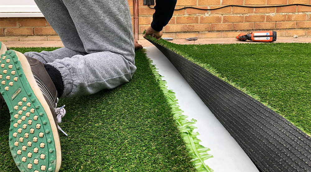 Gluing artificial grass