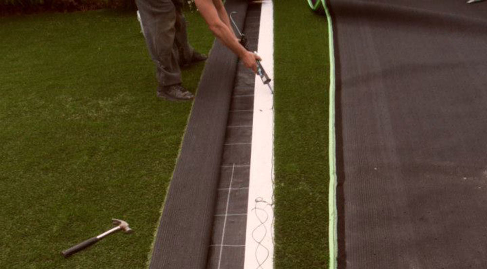 Joining the artificial grass
